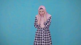 Νέα όμορφη μουσουλμανική γυναίκα που δοκιμάζει την αυστηρή ημικρανία πονοκέφαλου απόθεμα βίντεο