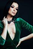 Νέα όμορφη μόδα γυναικών brunette που ντύνονται, φωτεινό makeup, eleg Στοκ φωτογραφία με δικαίωμα ελεύθερης χρήσης