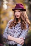 Νέα όμορφη μόδα κοριτσιών πυροβοληθείσα/σκηνή φθινοπώρου Στοκ Εικόνα