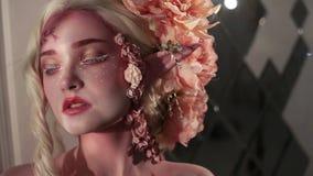 Νέα όμορφη νεράιδα κοριτσιών Δημιουργική σύνθεση και bodyart απόθεμα βίντεο
