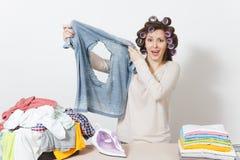 Νέα όμορφη νοικοκυρά απομονωμένη ανασκόπηση λευκή γυναίκα Έννοια οικοκυρικής Διάστημα αντιγράφων για τη διαφήμιση στοκ φωτογραφία