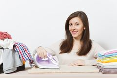Νέα όμορφη νοικοκυρά απομονωμένη ανασκόπηση λευκή γυναίκα Έννοια οικοκυρικής Διάστημα αντιγράφων για τη διαφήμιση στοκ φωτογραφία με δικαίωμα ελεύθερης χρήσης