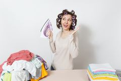 Νέα όμορφη νοικοκυρά απομονωμένη ανασκόπηση λευκή γυναίκα Έννοια οικοκυρικής Διάστημα αντιγράφων για τη διαφήμιση στοκ εικόνες με δικαίωμα ελεύθερης χρήσης