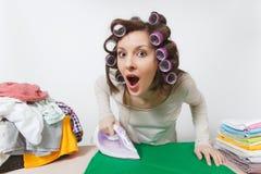 Νέα όμορφη νοικοκυρά απομονωμένη ανασκόπηση λευκή γυναίκα Έννοια οικοκυρικής Διάστημα αντιγράφων για τη διαφήμιση στοκ φωτογραφίες με δικαίωμα ελεύθερης χρήσης