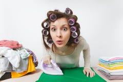 Νέα όμορφη νοικοκυρά απομονωμένη ανασκόπηση λευκή γυναίκα Έννοια οικοκυρικής Διάστημα αντιγράφων για τη διαφήμιση στοκ εικόνες