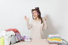 Νέα όμορφη νοικοκυρά απομονωμένη ανασκόπηση λευκή γυναίκα Έννοια οικοκυρικής Διάστημα αντιγράφων για τη διαφήμιση στοκ φωτογραφίες