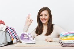 Νέα όμορφη νοικοκυρά Γυναίκα στην άσπρη ανασκόπηση Έννοια οικοκυρικής Διάστημα αντιγράφων για τη διαφήμιση στοκ εικόνα με δικαίωμα ελεύθερης χρήσης