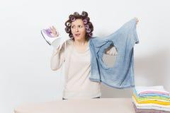 Νέα όμορφη νοικοκυρά Γυναίκα στην άσπρη ανασκόπηση Έννοια οικοκυρικής Διάστημα αντιγράφων για τη διαφήμιση στοκ εικόνες με δικαίωμα ελεύθερης χρήσης