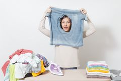 Νέα όμορφη νοικοκυρά Γυναίκα στην άσπρη ανασκόπηση Έννοια οικοκυρικής Διάστημα αντιγράφων για τη διαφήμιση στοκ φωτογραφία με δικαίωμα ελεύθερης χρήσης