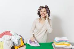 Νέα όμορφη νοικοκυρά Γυναίκα στην άσπρη ανασκόπηση Έννοια οικοκυρικής Διάστημα αντιγράφων για τη διαφήμιση στοκ φωτογραφία