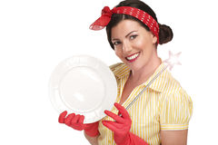 Νέα όμορφη νοικοκυρά γυναικών που παρουσιάζει μαγική ράβδο στα πιάτα στοκ εικόνες