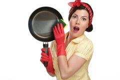 Νέα όμορφη νοικοκυρά γυναικών που παρουσιάζει τέλεια πλυμένα πιάτα στοκ φωτογραφία