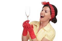 Νέα όμορφη νοικοκυρά γυναικών που παρουσιάζει τέλεια πλυμένα πιάτα στοκ εικόνες