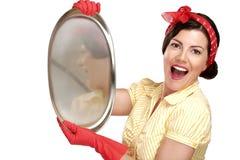 Νέα όμορφη νοικοκυρά γυναικών που παρουσιάζει τέλεια πλυμένα πιάτα στοκ φωτογραφία με δικαίωμα ελεύθερης χρήσης