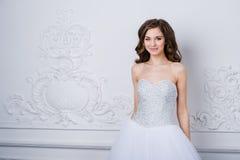 Νέα όμορφη νύφη που στέκεται στο παλαιό εσωτερικό διακοσμητικό σχέδιο που γίνεται με τις σχηματοποιήσεις όμορφες νεολαίες γυναικώ στοκ εικόνες με δικαίωμα ελεύθερης χρήσης