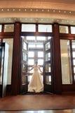 Νέα όμορφη νύφη στο ακριβό εσωτερικό, ημέρα γάμου 1 στοκ εικόνες