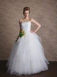 Νέα όμορφη νύφη στο γαμήλιο φόρεμα στοκ φωτογραφία με δικαίωμα ελεύθερης χρήσης