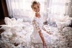 Νέα όμορφη νύφη στο ύφος boho και τα άσπρα φτερά Στοκ εικόνες με δικαίωμα ελεύθερης χρήσης