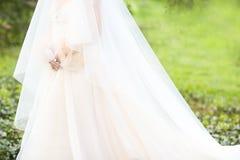 Νέα όμορφη νύφη υπαίθρια Στοκ εικόνες με δικαίωμα ελεύθερης χρήσης