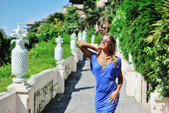 Νέα όμορφη ξανθή γυναίκα στην μπλε τοποθέτηση φορεμάτων υπαίθρια στο SU Στοκ φωτογραφία με δικαίωμα ελεύθερης χρήσης