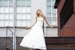 Νέα όμορφη ξανθή γυναίκα στο νυφικό φόρεμα στοκ φωτογραφία