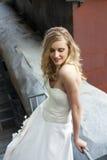 Νέα όμορφη ξανθή γυναίκα στο νυφικό φόρεμα στοκ φωτογραφίες
