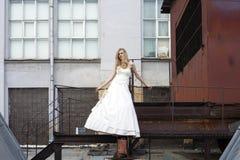 Νέα όμορφη ξανθή γυναίκα στο νυφικό φόρεμα στοκ εικόνες