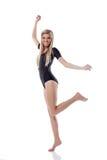 Νέα όμορφη ξανθή τοποθέτηση που πηδά στο στούντιο στοκ φωτογραφία με δικαίωμα ελεύθερης χρήσης