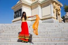 Νέα όμορφη παραδοσιακή ινδική γυναίκα που στέκεται υπαίθρια Στοκ φωτογραφία με δικαίωμα ελεύθερης χρήσης