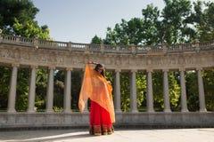 Νέα όμορφη παραδοσιακή ινδική γυναίκα που χορεύει υπαίθρια Στοκ Εικόνες