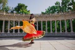 Νέα όμορφη παραδοσιακή ινδική γυναίκα που χορεύει υπαίθρια Στοκ Φωτογραφίες
