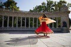 Νέα όμορφη παραδοσιακή ινδική γυναίκα που χορεύει υπαίθρια Στοκ φωτογραφίες με δικαίωμα ελεύθερης χρήσης