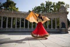 Νέα όμορφη παραδοσιακή ινδική γυναίκα που χορεύει υπαίθρια Στοκ εικόνα με δικαίωμα ελεύθερης χρήσης