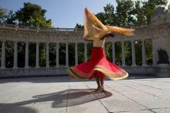 Νέα όμορφη παραδοσιακή ινδική γυναίκα που χορεύει υπαίθρια Στοκ Φωτογραφία