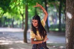 Νέα όμορφη παραδοσιακή ινδική γυναίκα υπαίθρια Στοκ φωτογραφία με δικαίωμα ελεύθερης χρήσης