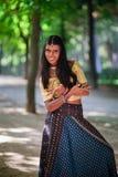 Νέα όμορφη παραδοσιακή ινδική γυναίκα υπαίθρια Στοκ εικόνα με δικαίωμα ελεύθερης χρήσης