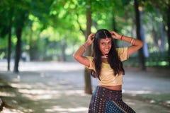 Νέα όμορφη παραδοσιακή ινδική γυναίκα υπαίθρια Στοκ εικόνες με δικαίωμα ελεύθερης χρήσης