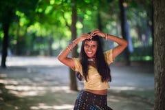 Νέα όμορφη παραδοσιακή ινδική γυναίκα υπαίθρια Στοκ Εικόνα
