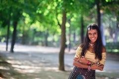 Νέα όμορφη παραδοσιακή ινδική γυναίκα υπαίθρια Στοκ φωτογραφίες με δικαίωμα ελεύθερης χρήσης