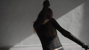Νέα όμορφη πρακτική χορευτών γυναικών στο στούντιο σε αργή κίνηση φιλμ μικρού μήκους