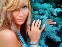 Νέα όμορφη/προκλητική γυναίκα και ένα χριστουγεννιάτικο δέντρο Στοκ εικόνα με δικαίωμα ελεύθερης χρήσης