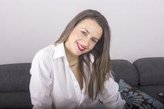 Νέα όμορφη προκλητική γυναίκα στην άσπρη τοποθέτηση πουκάμισων Στοκ Φωτογραφίες
