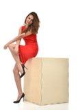 Νέα όμορφη πλήρης γυναίκα σωμάτων στο κόκκινο φόρεμα με το μεγάλο ξύλινο del Στοκ Εικόνα
