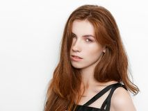 Νέα όμορφη συγκινημένη κυρία με την πανέμορφη φυσική κόκκινη τρίχα, κενό διάστημα αντιγράφων στο άσπρο υπόβαθρο για τη διαφήμιση  στοκ εικόνες