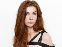 Νέα όμορφη συγκινημένη κυρία με την πανέμορφη φυσική κόκκινη τρίχα, κενό διάστημα αντιγράφων στο άσπρο υπόβαθρο για τη διαφήμιση  στοκ φωτογραφίες με δικαίωμα ελεύθερης χρήσης