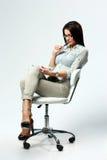 Νέα όμορφη συνεδρίαση γυναικών στην καρέκλα και χρησιμοποίηση του επιτραπέζιου υπολογιστή στοκ φωτογραφία με δικαίωμα ελεύθερης χρήσης