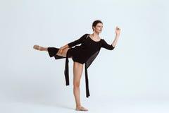 Νέα όμορφη σύγχρονη τοποθέτηση χορευτών πέρα από το άσπρο υπόβαθρο διάστημα αντιγράφων Στοκ φωτογραφία με δικαίωμα ελεύθερης χρήσης