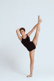 Νέα όμορφη σύγχρονη τοποθέτηση χορευτών πέρα από το άσπρο υπόβαθρο διάστημα αντιγράφων Στοκ Εικόνες