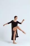 Νέα όμορφη σύγχρονη τοποθέτηση χορευτών πέρα από το άσπρο υπόβαθρο διάστημα αντιγράφων Στοκ Φωτογραφίες