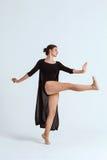 Νέα όμορφη σύγχρονη τοποθέτηση χορευτών πέρα από το άσπρο υπόβαθρο διάστημα αντιγράφων Στοκ Εικόνα